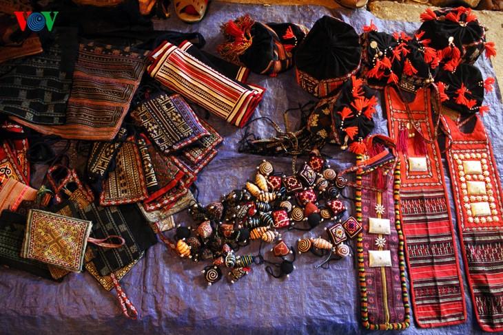 Жители Шапы продают товары в холодную погоду - ảnh 3