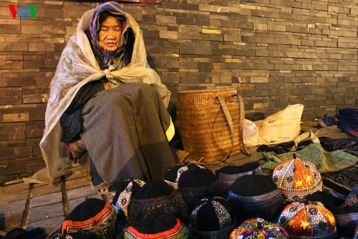 Жители Шапы продают товары в холодную погоду - ảnh 8