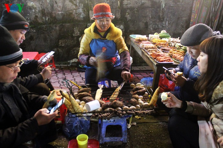 Жители Шапы продают товары в холодную погоду - ảnh 12