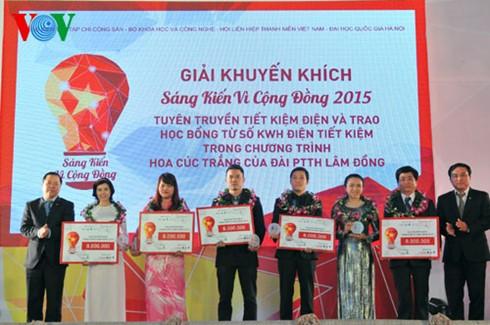 В Ханое вручены призы победителям конкурса «Инициативы ради сообщества-2015» - ảnh 1