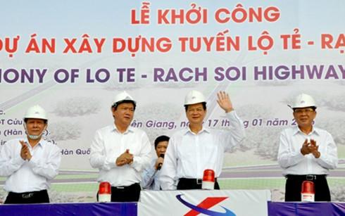 Премьер Вьетнама дал старт строительству дороги между Кантхо и Киензянг - ảnh 1