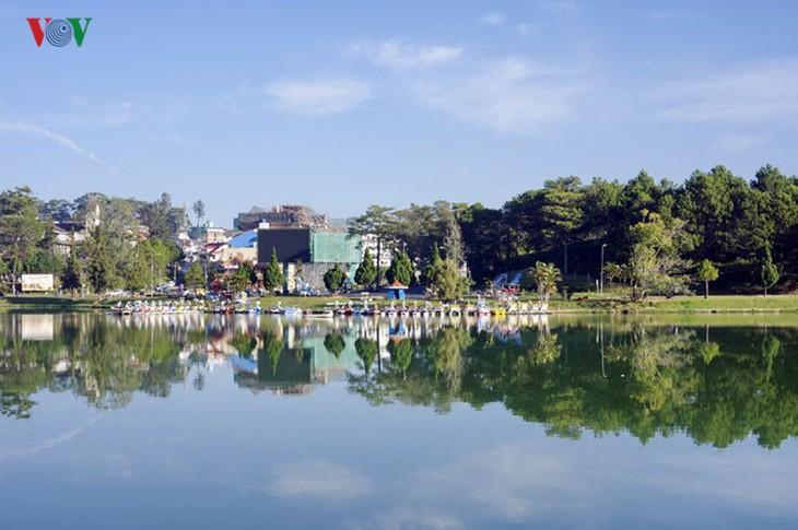 Поэтичное озеро Суан Хыонг в Далате - ảnh 1