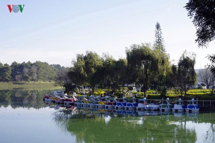 Поэтичное озеро Суан Хыонг в Далате - ảnh 3