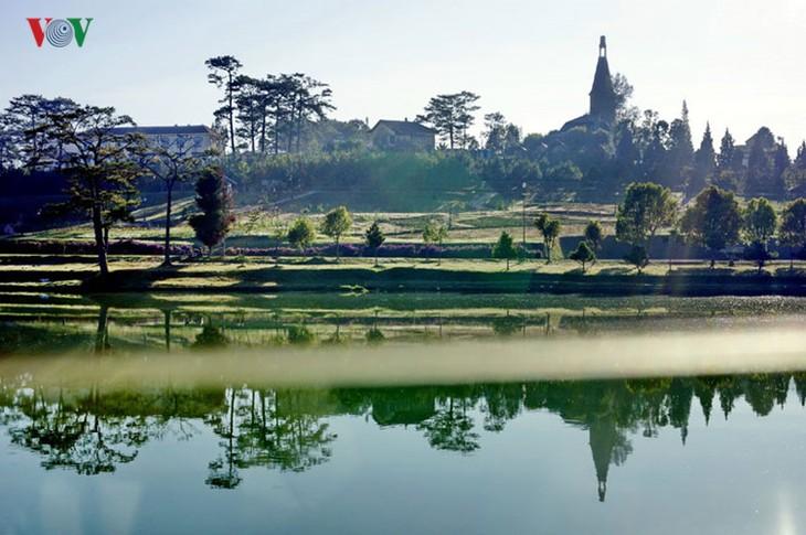 Поэтичное озеро Суан Хыонг в Далате - ảnh 4