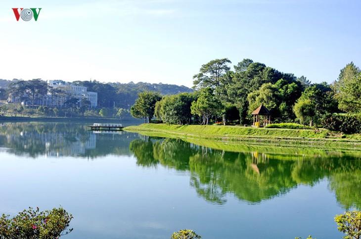 Поэтичное озеро Суан Хыонг в Далате - ảnh 5
