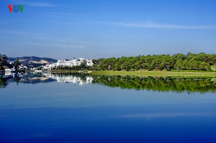 Поэтичное озеро Суан Хыонг в Далате - ảnh 7