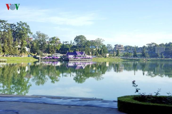 Поэтичное озеро Суан Хыонг в Далате - ảnh 9