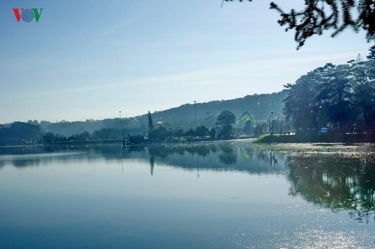 Поэтичное озеро Суан Хыонг в Далате - ảnh 10