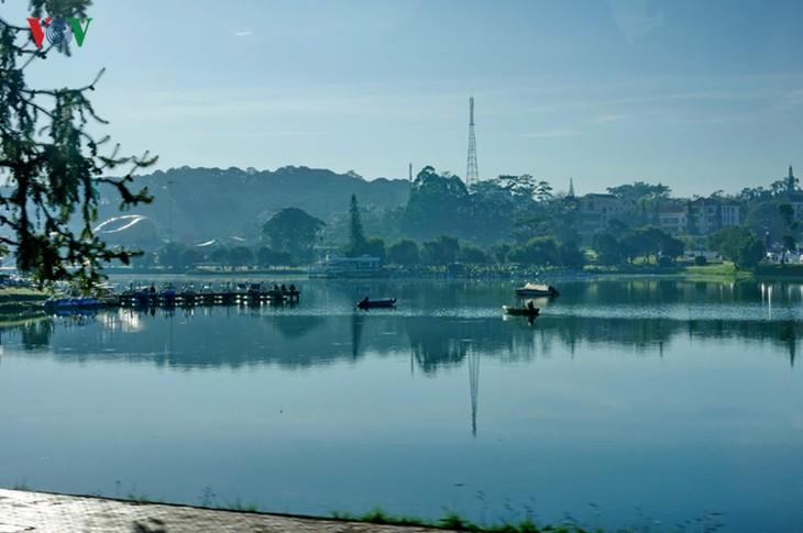 Поэтичное озеро Суан Хыонг в Далате - ảnh 11