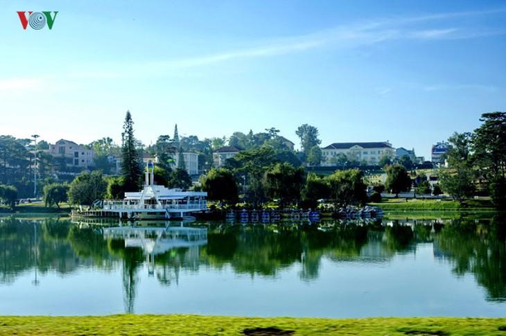Поэтичное озеро Суан Хыонг в Далате - ảnh 12