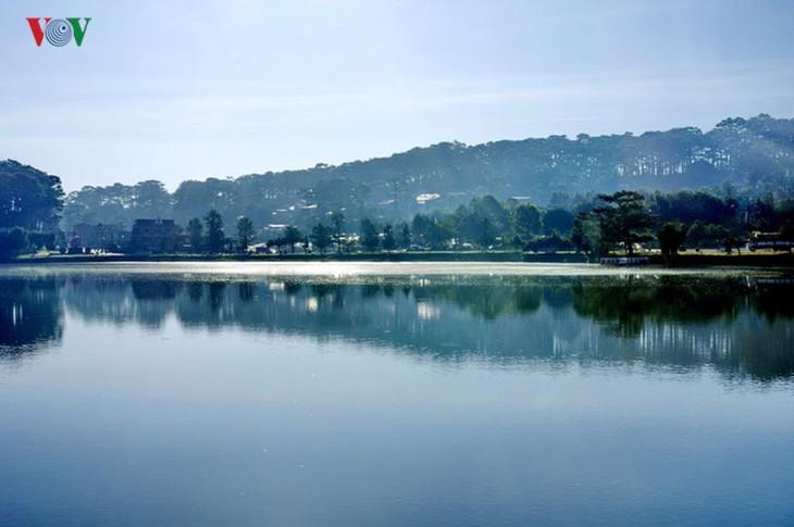 Поэтичное озеро Суан Хыонг в Далате - ảnh 13