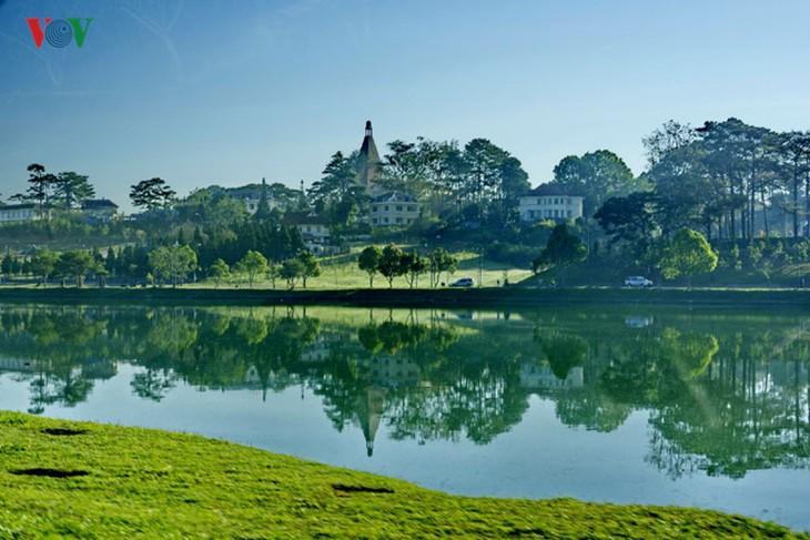 Поэтичное озеро Суан Хыонг в Далате - ảnh 14