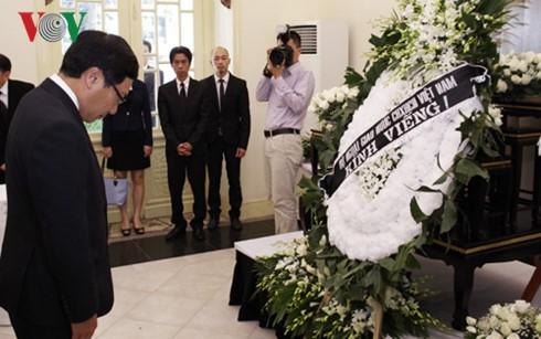 Президент Вьетнама почтил память короля Таиланда Пхумипона Адульядета - ảnh 2