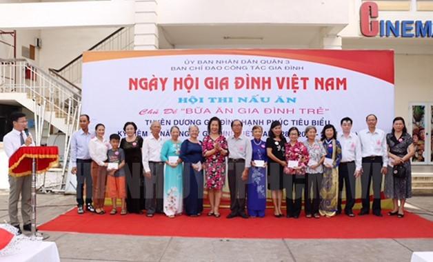 Чествованы 100 примерных культурных и счастливых семей в связи с Днем вьетнамской семьи - ảnh 1