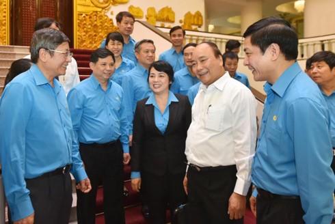 Премьер Вьетнама: необходимо усилить диалог с трудящимися - ảnh 1