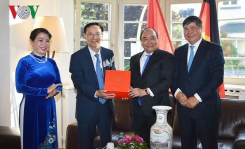 Нгуен Суан Фук посетил генконсульство Вьетнама во Франкфурте - ảnh 1