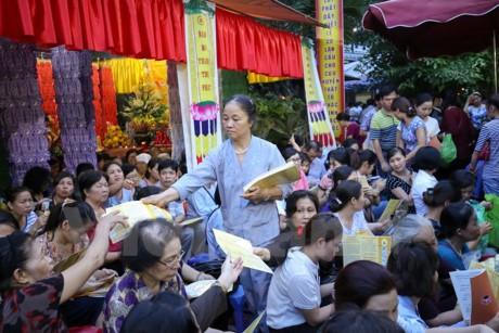 Жители и буддисты Вьетнама отмечают праздник Вулан – День выражения признательности родителям - ảnh 1