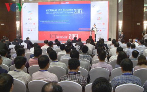 В Ханое состоялся саммит по информационно-коммуникационным технологиям Вьетнама 2017 - ảnh 2