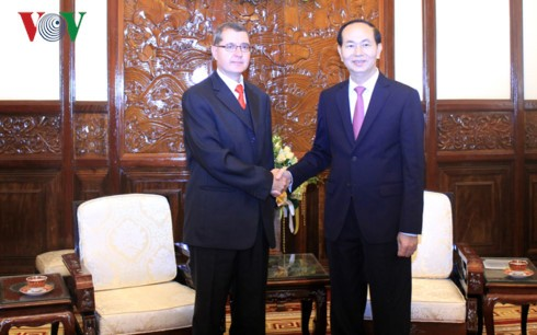 Президент Вьетнама принял послов зарубежных стран - ảnh 3