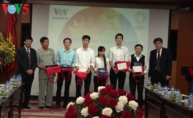 Радио «Голос Вьетнама» наградило победителей викторины, посвящённой саммиту АТЭС Вьетнам 2017 - ảnh 1