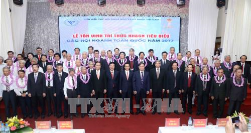 Во Вьетнаме названы имена 53 лучших учёных 2017 года - ảnh 1