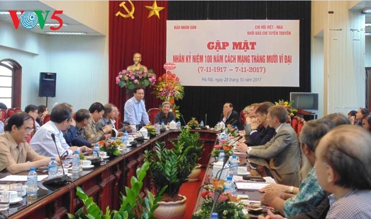 В Ханое прошла встреча журналистов, посвящённая 100-летию Октябрьской революции - ảnh 1
