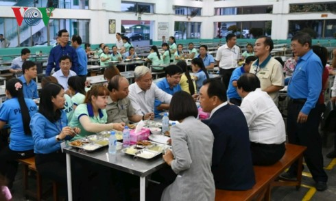 Премьер Вьетнама провёл диалог с рабочими в провинции Донгнай - ảnh 1
