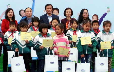 Вьетнамский детский фонд дарит подарки ученикам из малоимущих семей - ảnh 1