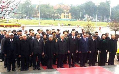 Руководители партии и государства Вьетнама посетили мавзолей Президента Хо Ши Мина - ảnh 1