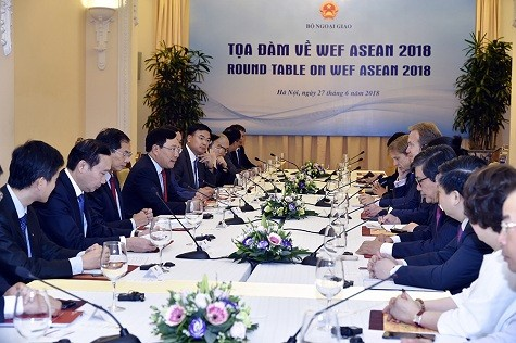 Фам Бинь Минь встретился с президентом ВЭФ и принял участие во встрече с представителями предприятий - ảnh 1