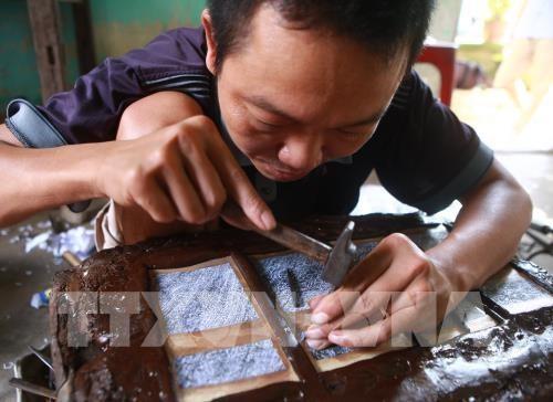 Промысел по гравировке на серебре в деревне Донгсам - ảnh 1