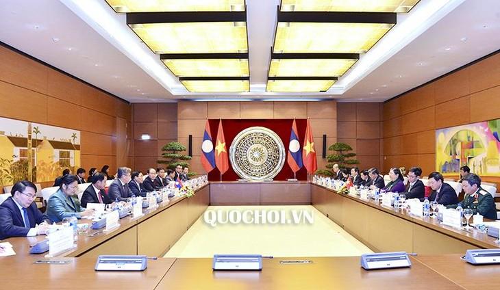 Тонг Тхи Фонг провела переговоры с вице-спикером парламента Лаоса - ảnh 1