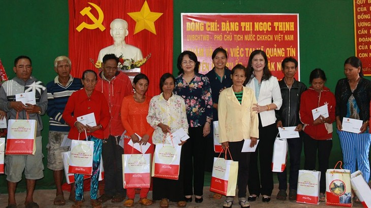 Вице-президент СРВ вручила подарки семьям льготной категории в провинции Дакнонг - ảnh 1