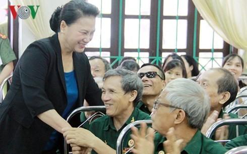 Спикер парламента Вьетнама навестила больных военнослужащих и инвалидов войны провинции Ханам - ảnh 1