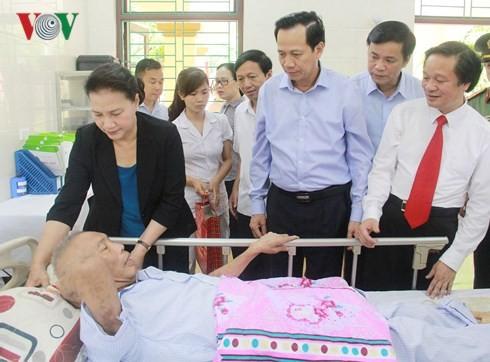 Спикер парламента Вьетнама навестила больных военнослужащих и инвалидов войны провинции Ханам - ảnh 2