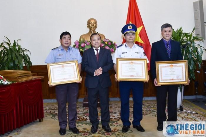 Во Вьетнаме награждены коллективы и отдельные лица за большой вклад в защиту сограждан - ảnh 1