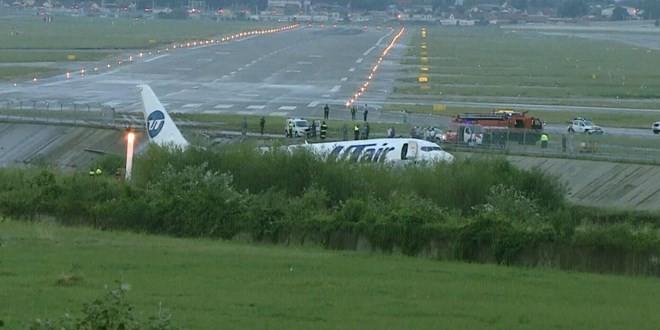 В Сочи пассажирский самолёт совершил аварийную посадку и загорелся - ảnh 1