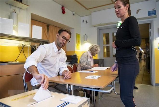 На парламентских выборах в Швеции с небольшим преимуществом побеждает правящий блок - ảnh 1