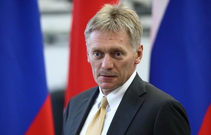 В Кремле назвали абсурдной реакцию Лондона на интервью по «делу Скрипалей» - ảnh 1