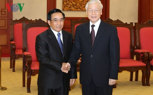 Генсек ЦК КПВ Нгуен Фу Чонг принял высокопоставленную делегацию Лаоса - ảnh 1
