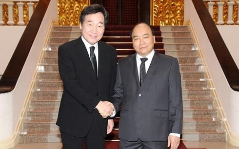 Премьер Вьетнама Нгуен Суан Фук встретился со своим южнокорейским коллегой - ảnh 1