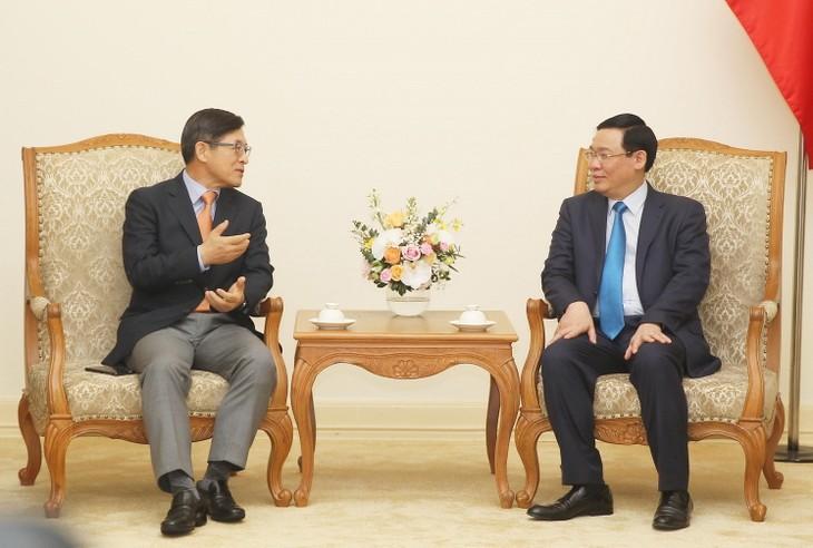 Вице-премьер СРВ Выонг Динь Хюэ принял гендиректора «Самсунг Вьетнам» - ảnh 1