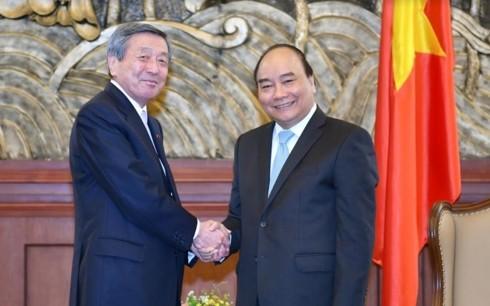 Премьер Вьетнама принял И.о. генсека ЛДПЯ и инвесторов НПЗ «Нгишон» - ảnh 1