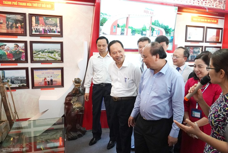 Премьер Вьетнама Нгуен Суан Фук посетил выставку «Тханьхоа раньше и сейчас» - ảnh 1