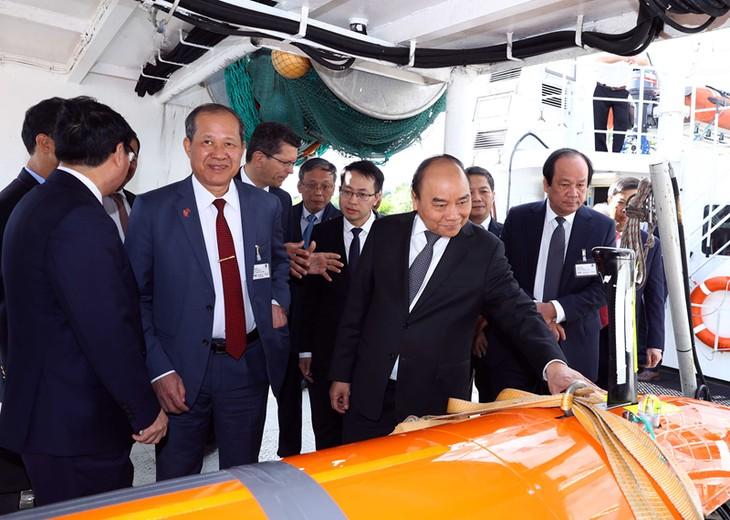 Премьер Вьетнама осмотрел производственные модели некоторых ведущих компаний Новергии - ảnh 1