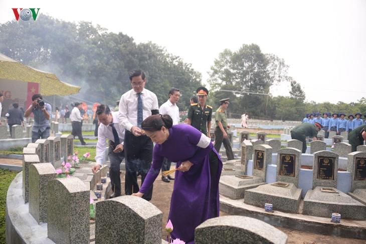 Нгуен Тхи Ким Нган приняла участие в церемонии перезахоронения останков павших фронтовиков в Тэйнине - ảnh 1