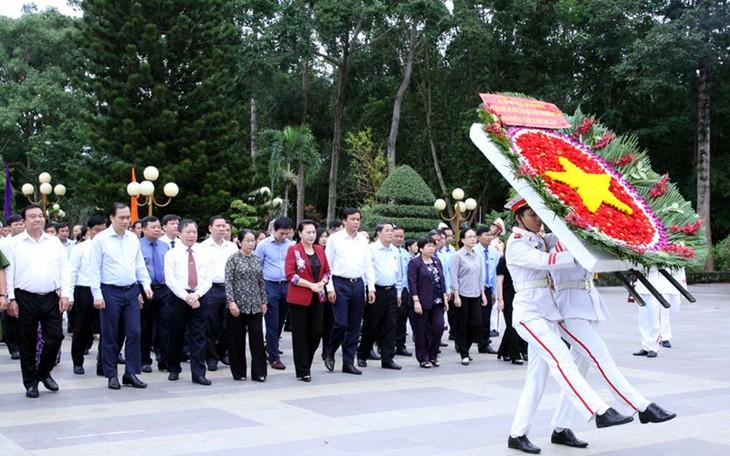 Нгуен Тхи Ким Нган зажгла благовония в память о павших фронтовиках в Хошимине - ảnh 1