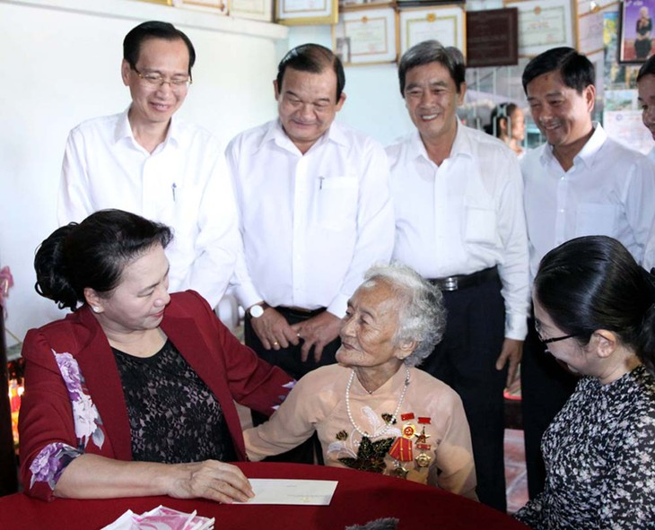 Нгуен Тхи Ким Нган зажгла благовония в память о павших фронтовиках в Хошимине - ảnh 2