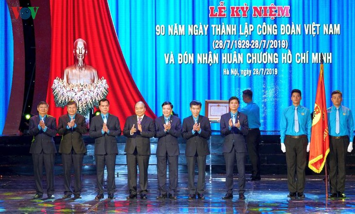 Нгуен Суан Фук: необходимо активно обновлять работу вьетнамских профсоюзов - ảnh 2