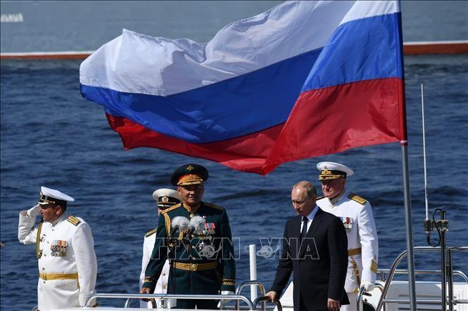 Владимир Путин принял главный парад ВМФ в Санкт-Петербурге - ảnh 1